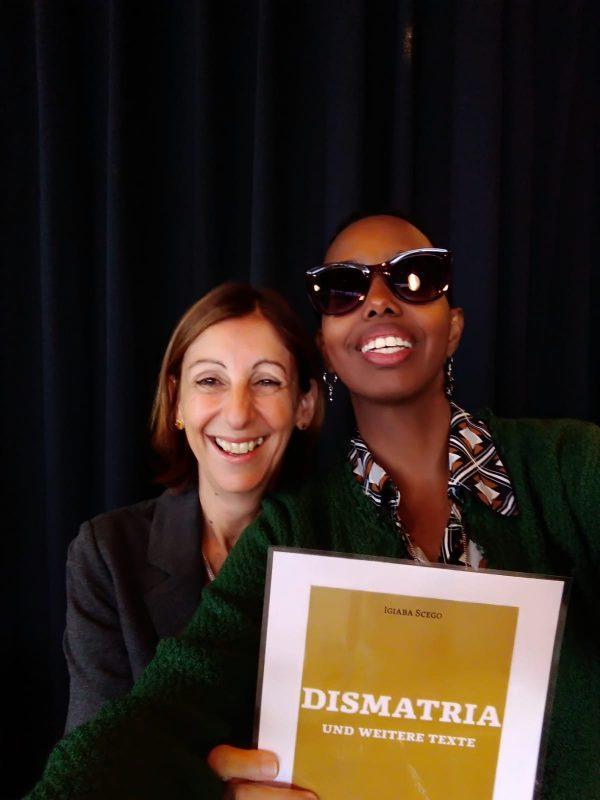 """Die Schriftstellerin Igiaba Scego und die Verlegerin Alessandra Ballesi Hansen machen ein Selfie mit dem Cover von """"Dismatria"""", das im September 2020 erscheinen wird."""