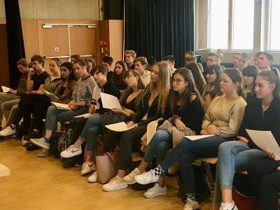 Igiaba Scego im Gespräch mit Schüler*innen des Droste-Hülshoff- und Rotteck-Gymnasiums